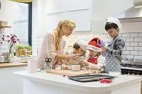 調理する外国人家族