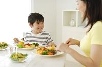 お母さんと男の子の食事