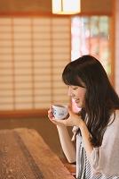 お茶をする日本人女性