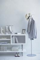 白い棚とコートスタンド