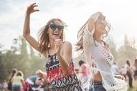 夏フェスで友人と踊る女性