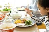 朝食を食べる日本人の女の子