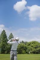 ゴルフをするミドル男性