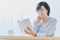 読書するアラフィフの日本人女性