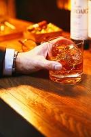 ウイスキーを持つ男性の手