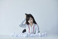 疲労を感じる日本人ビジネスウーマン