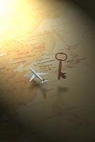 世界地図上に宙に浮いた鍵と飛行機