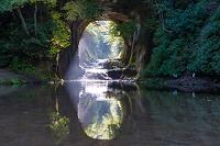 千葉県 光さす神秘的な濃溝の滝