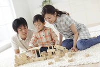 積み木で遊ぶ男の子と両親