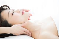 首のマッサージを受ける日本人女性