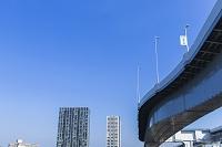 東京都 首都高速道路の高架と有明の高層ビル