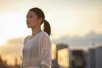 屋外で遠くを見る日本人女性