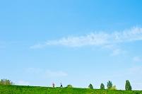 草原を走る子供
