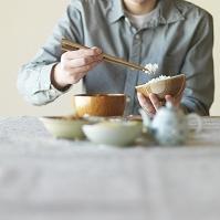 和食を食べる男性