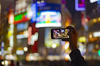 東京都 渋谷センター街の夜景とスマートフォン