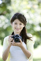 カメラを持った笑顔の女性