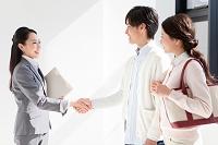 握手する日本人のビジネスウーマンと夫婦
