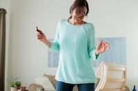 音楽を聴きながら踊る外国人女性