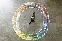 色見本を円に並べる外国人ビジネスウーマン