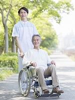 車椅子に乗る患者と介護士