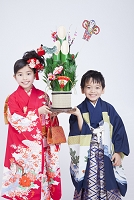 着物で微笑む日本人の子供達