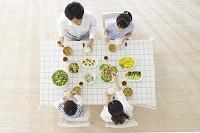 食事をする家族の俯瞰写真