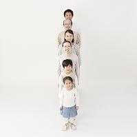 一列に並ぶ日本人家族