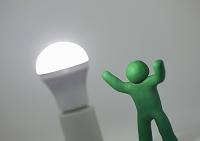 LED電球と人形