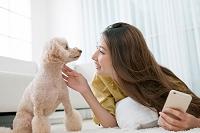 笑顔の日本人女性と犬