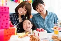 パーティーをする日本人家族