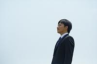 遠くを見る日本人ビジネスマン