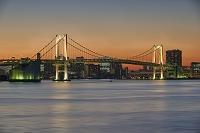 東京都 夕方のレインボーブリッジと街のシルエット