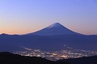 山梨県 山梨市 乙女高原 夜明けの富士山と街並みのイルミネー...