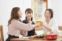 家でパーティーする日本人女性