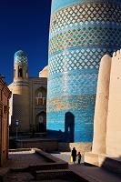 ウズベキスタン カルタミノールの下で歩く親子