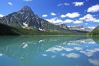 カナダ ウォーターフォール・レイクとロッキーの山並み