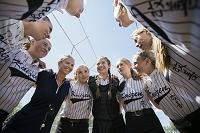 円陣を組む女子ソフトボールチーム