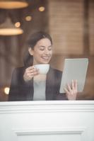 カフェでリラックスする外国人女性