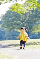 公園を歩く日本人の女の子