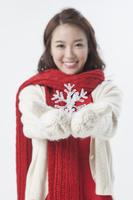 クリスマスのプレゼントを持つ若い女性