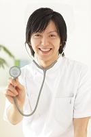 白衣を着て聴診器を持つ若い医師