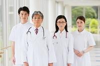 廊下にいる医療チーム