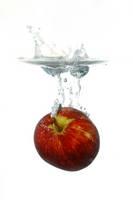 水中のリンゴ