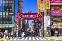 東京都 青空の新宿歌舞伎町