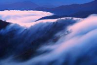 新潟県 魚沼市 枝折峠 滝雲