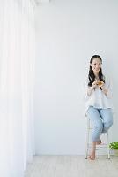 紅茶を飲む日本人女性