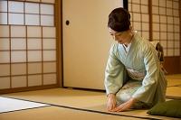 正座をする着物の日本人女性