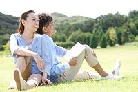 芝生に座っているカップル