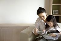 絵本を読む母親と娘