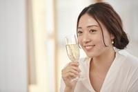 シャンパンを持つ日本人女性